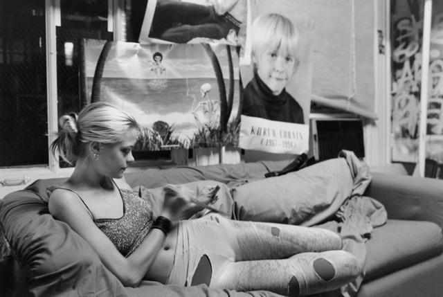 Jamie King por Davide Sorrenti, em foto que causou polêmica por mostrar a modelo em volta a posters de artistas que morreram jovens, como Kurt Cobain e Sid Vicious / Reprodução